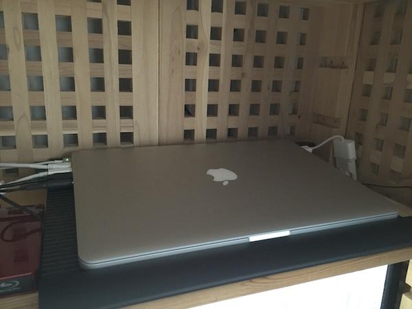 MacBook Pro をクラムシェルモードで使う場合の注意点。