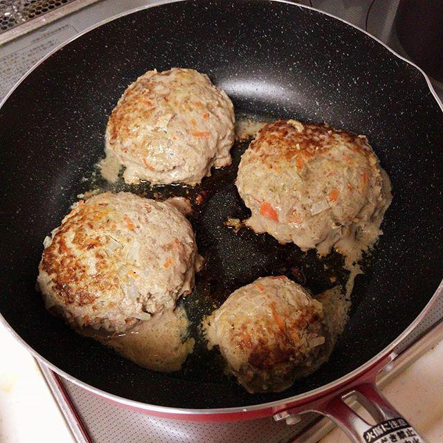 今日の夕飯。みんな大好きハンバーグ!(一番小さいのは嫁さんのハンバーグ。少食なので小さく作らないと怒られる)