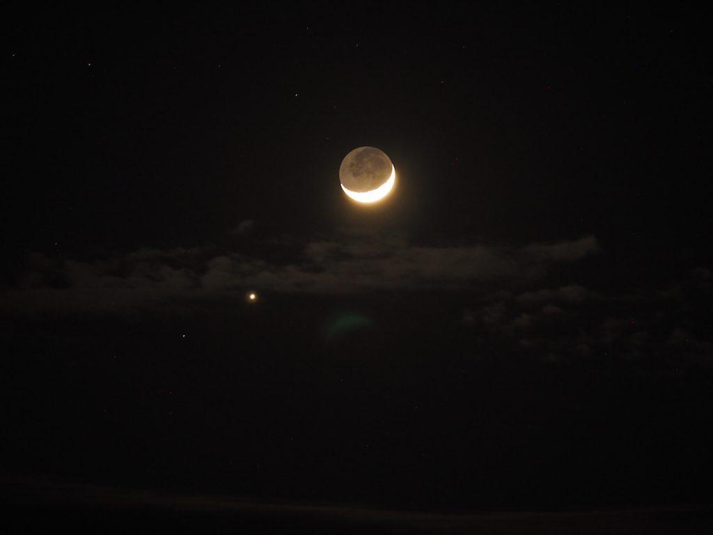 【写真】 三日月と金星。