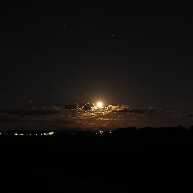 月が昇る。
