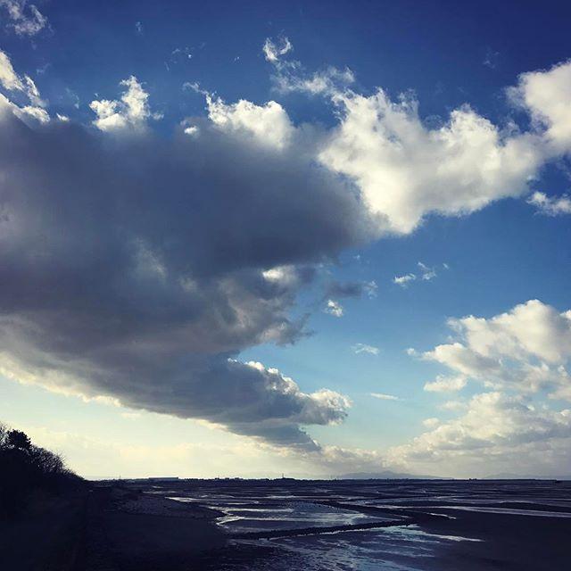 遥か西に延びる雪雲。大分県北部から本州の山口県まで雪雲が一直線に伸びてます。