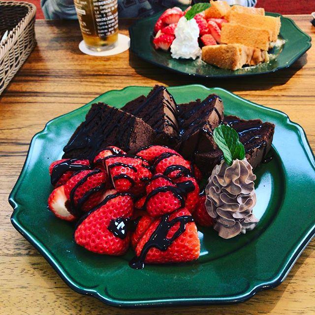春はイチゴです! とても甘い( ´艸`)、チョコレートシフォンも旨い。今日は嫁さんとスイートランチです。