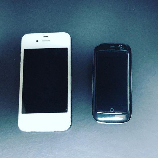 Kickstarterで出資した、ちっちゃなスマホ「Jelly Pro」が届いた\(^o^)/キッズケータイみたいw(左はiPhone4s)