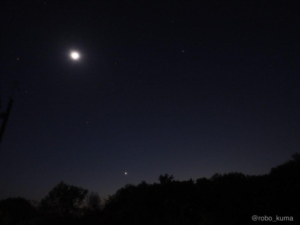 三日月と金星とプレアデス星団。