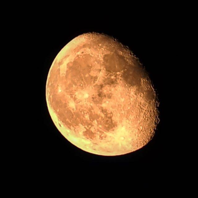 月が赤い、0時過ぎ。