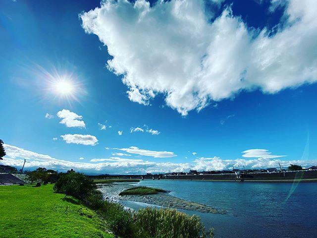 南風と太陽とモクモク雲と河川敷 (iPhone11Pro Max 超広角)