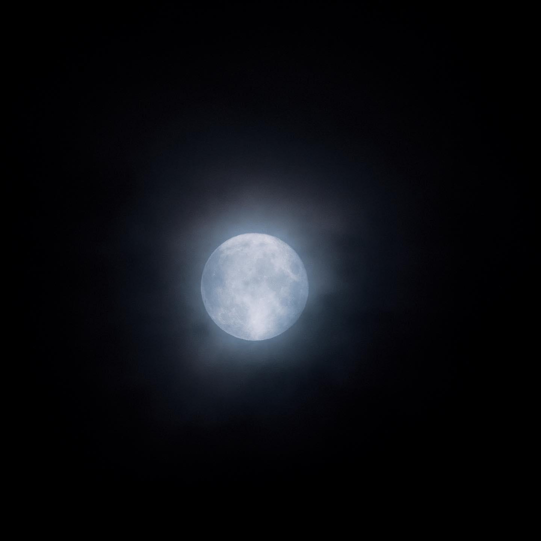 9月の満月「ハーベストムーン」。台風で曇ってる。 (OLYMPUS OM-D E-M1 MARK II + M.ZUIKO DIGITAL ED 300mm F4.0 IS PRO)
