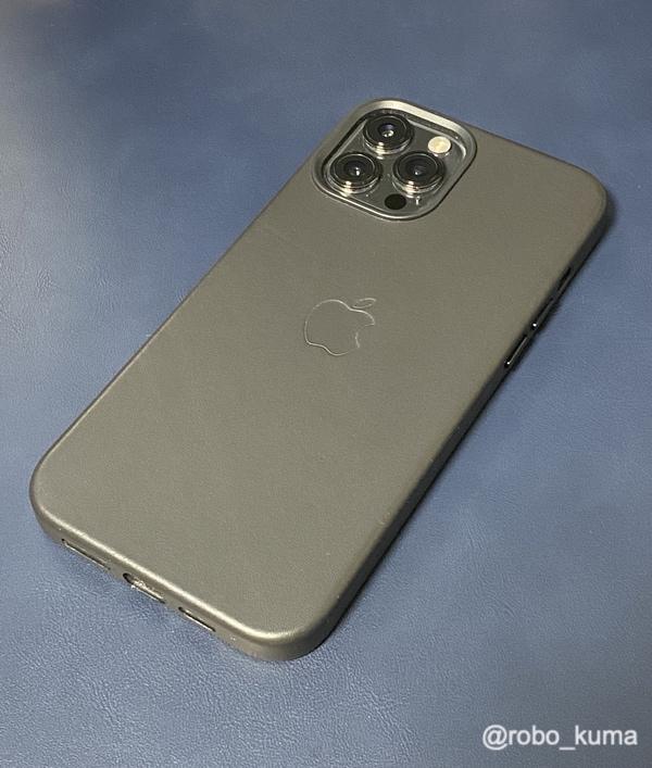 iPhone 12 Pro MaxとApple純正MagSafe対応レザーケース ブラック。やはり、純正レザーケースはピッタリで最高です(*`・ω・)ゞ。