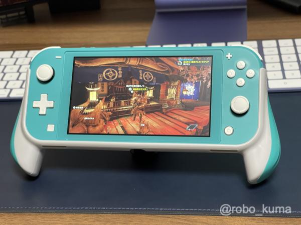 小さすぎて操作し難い「Nintendo Switch Lite」。グリップ付きケースを付けてみた。LR、ZL&ZRは押しやすいけど、グリップが大きすぎる。