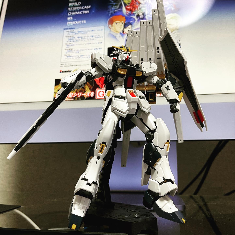 「RG 機動戦士ガンダム 逆襲のシャア νガンダム 1/144」組立完了。RG νガンダムは伊達じゃない!完成後の高い造形とギミックです。